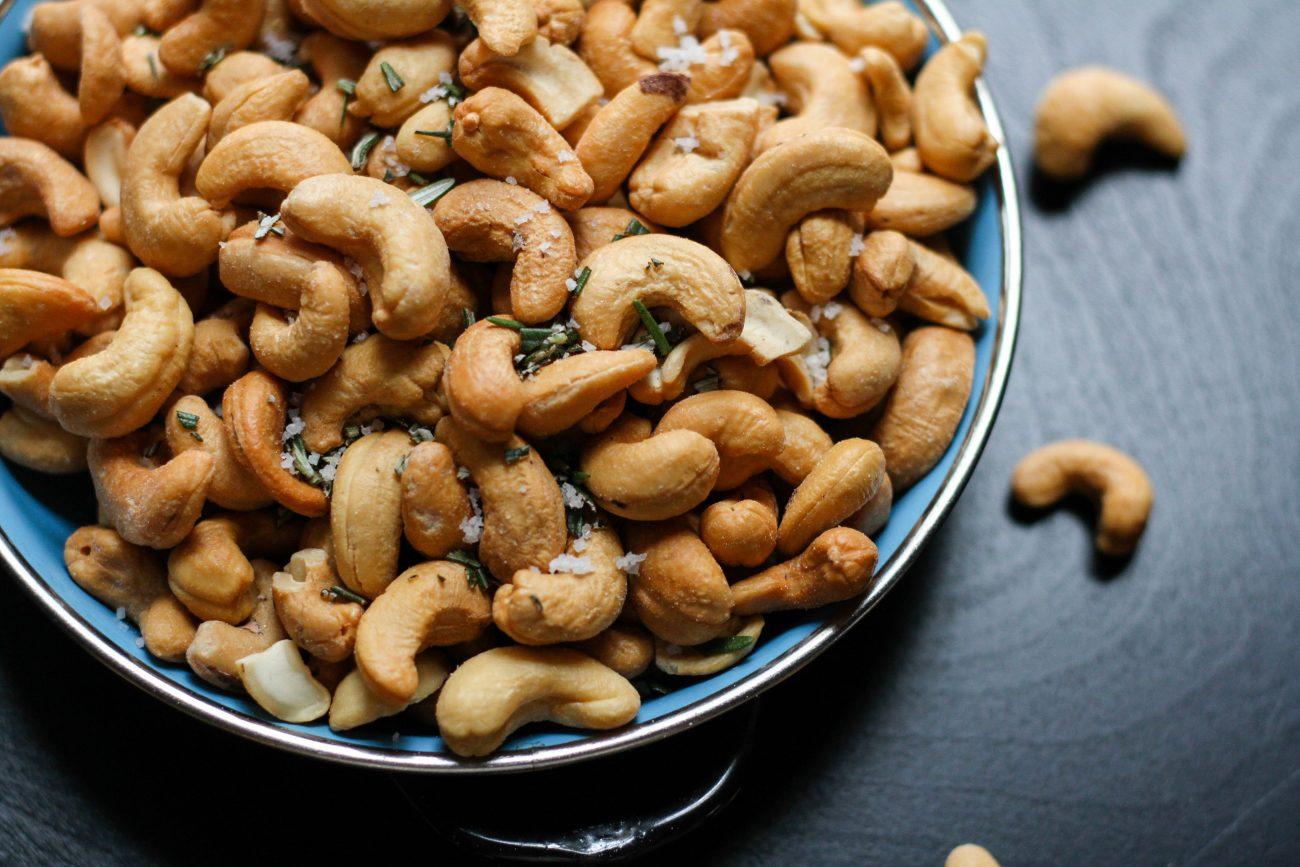 Cashewnötter i blå skål